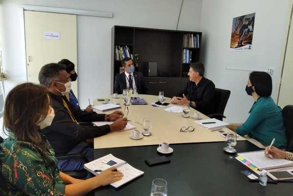 Diretores da Sics apresentam potencial do Tocantins ao diretor da empresa Rodosul, Romacir Saggin.