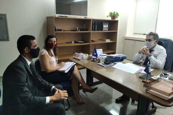 Superintendente Iranilson Mota e diretora da Indústria, Comércio e Serviços em reunião com o delegado da Receita Federal
