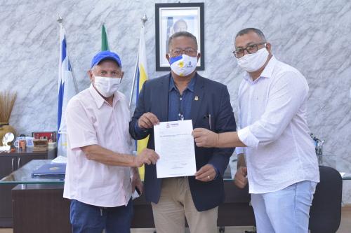 Tom Lyra recebeu o prefeito de Pugmil, Dircineu Francisco (e) e o vice, Ângelo Mário
