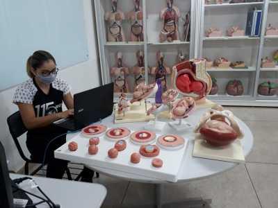 A aula foi dinâmica e realizada em um laboratório de uma instituição parceira da escola
