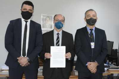Heber Luís(E); Cristiano Sampaio (C) e Wanderci Aparecido (D) após assinatura do acordo de cooperação