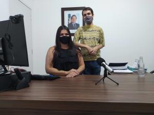 A presidente da Jucetins, Thaís Coelho, e o jornalista, Philipe Ramos, apresentam o podcast no episódio piloto