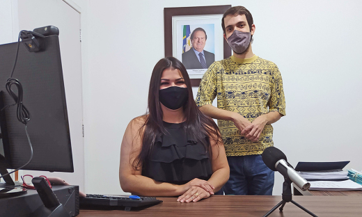 A presidente da Jucetins, Thaís Coelho, e o jornalista, Philipe Ramos, apresentam o podcast no episódio-piloto