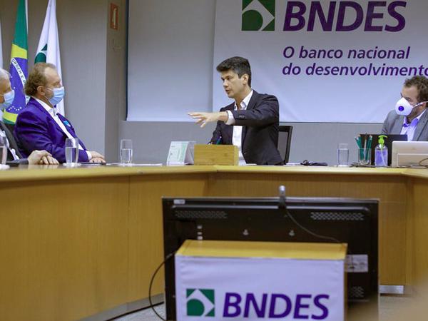 """Em reunião que ocorreu nessa segunda, 14, em Brasília (DF), o governador Mauro Carlesse destacou que o presidente do BNDES, Gustavo Montezano, deu uma atenção especial ao Tocantins e afirmou que o banco está de """"portas abertas"""" para o Estado"""
