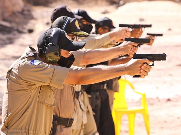 Os policiais aprenderam a desmontar, fazer limpeza e manutenção da arma, além de entender sobre a intercambialidade das peças