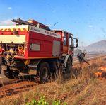 Equipe do Corpo de Bombeiro Militar usa caminhão especializado em combate as queimadas em Taquaruçu