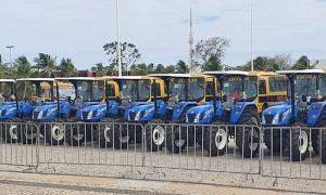 Tratores do Programa Terra Forte são levados para a frente do Palácio Araguaia