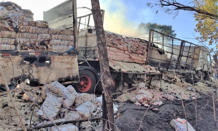 Carga de arroz de espalhou na lateral da carreta após embalagem ser atingida pelas chamas