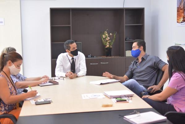 Superintendente da Sics com empresário e técnicos da pasta em reunião na Sics