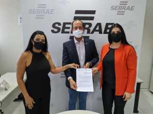 A presidente da Jucetins, Thaís Coelho (à direita) assina o termo de cooperação com o superintendente do Sebrae, Moisés Gomes, e a diretora técnica do Sebrae, Eliana Castro