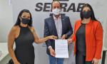 A presidente da Jucetins, Thaís Coelho (à direita), assina o termo de cooperação com o superintendente do Sebrae, Moisés Gomes, e a diretora técnica do Sebrae, Eliana Castro