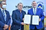 Deputado Antônio Andrade, governador Mauro Carlesse e ministro Onyx Lorenzoni durante assinatura de convênio para o Programa de Aquisição de Alimentos
