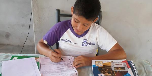 Estudante Yago Cantanheide dos Santos, 8º ano, realizando os seus roteiros de estudos