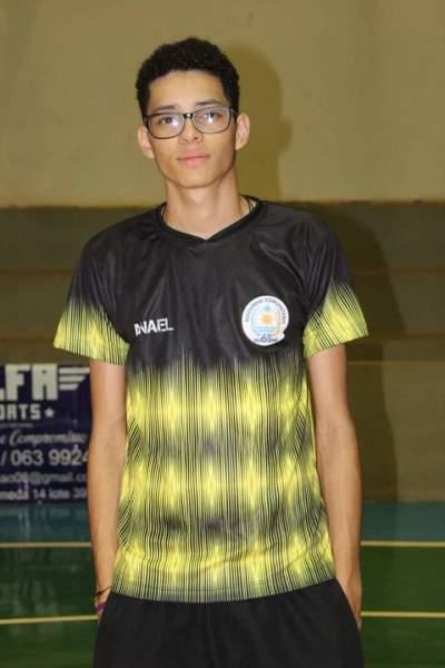 Anael Cruz dos Santos Araújo é ex-aluno e hoje atual como treinador voluntário no projeto.