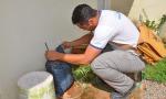 Agente de endemias Francisco Feitosa Alves, verifica porção de água parada em saco exposto à chuva