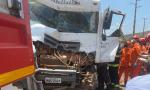 Cabine do caminhão ficou parcialmente destruída com a colisão