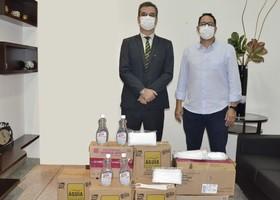 Presidente Cláudio Alex e Renato dos Passos, diretor administrativo e de finanças, com aquisições de máscaras e álcool em gel para Detran-TO