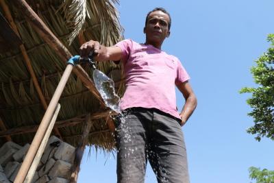 O lavrador Joel Rodrigues comemorou a chegada da água em sua residência após meses de espera