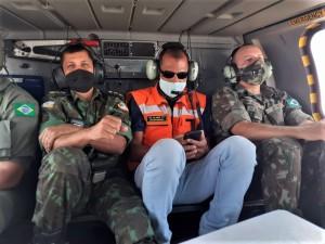 Tenente-coronel Alves e militares do Exército Brasileiro no sobrevoo na região sul do Tocantins