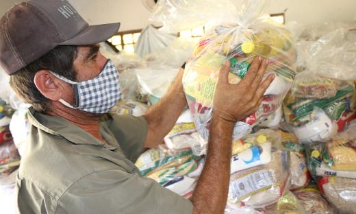Governo do Tocantins atende cerca de 400 mil famílias com auxílio de cestas básicas