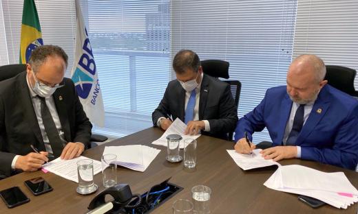 Governador Mauro Carlesse e o presidente do BRB, Paulo Henrique, assinam contrato de R$ 149 milhões destinados as obras da nova ponte de Porto Nacional