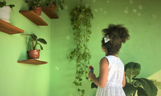 Cartilha dá dicas de brincadeiras com objetos comuns de casa, para que a criança interaja e possa desenvolver seus sentidos sensoriais