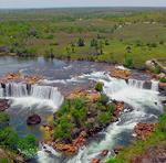A Cachoeira da Velha com grande volume de água cristalina, em duas quedas em formato de ferradura com cerca de 100 metros de largura e 15 de queda livre
