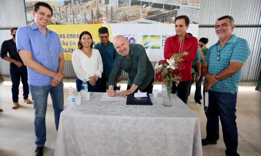 O governador Mauro Carlesse assinou a ordem de serviço e destacou que várias obras estão sendo retomadas