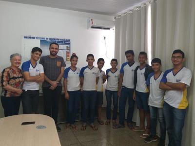 Professor Maykon,  com alunos do Colégio de Tempo Integral Ernesto Barros num encontro com a Diretora Regional de Colinas, Maria Helena Defavari.