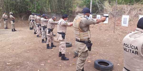Policiais militares durante treinamento.