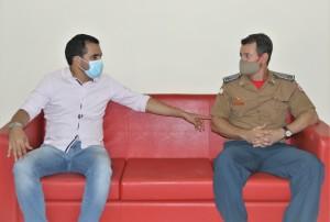 O vice-governador Wanderlei Barbosa e o coronel Leandro na visita a QCG