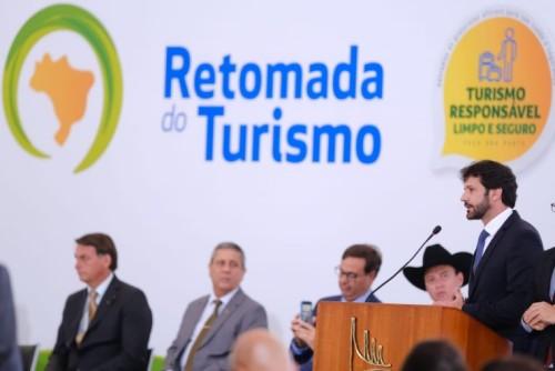 O ministro assinou portaria ministerial que instituiu o projeto