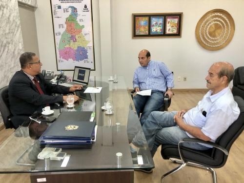 Empresários Eduardo (c) e Antônio Machado estiveram com Tom Lyra nesta terça