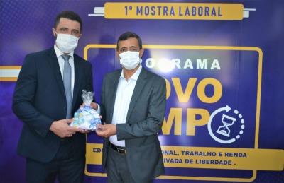 Secretário da Seciju, Heber Fidelis, entregou produtos produzidos por reeducandos ao Secretário do Meio Ambiente e Recursos Hídricos, Renato Jayme