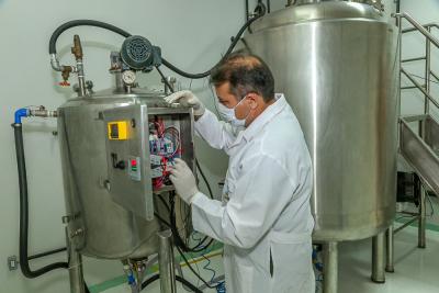 Biorreator industrialtem capacidade de 1.200 litros em 72 horas de fermentação, ou seja, uma produção de 9.600 litros de bioinseticida mensal, com um custo de  R$ 82,40
