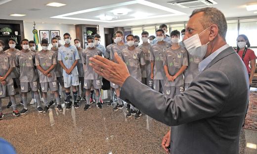 Governador em exercício, Antonio Andrade, recebe equipe sub-17 da Escolinha da Polícia Militar no Palácio Araguaia