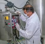 Biorreator industrial           tem capacidade de 1.200 litros em 72 horas de fermentação, ou seja, uma produção de 9.600 litros de bioinseticida mensal, com um custo de  R$ 82,40 (Foto  nº199)