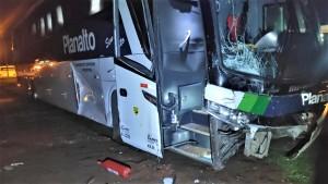 Lateral do ônibus ficou parcialmente danificada com a colisão