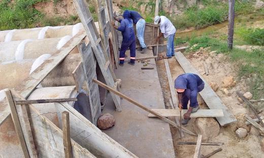 Equipe técnica executa obras de reconstrução e ampliação do bueiro que foi destruído pelas águas