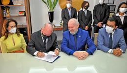 Governador Mauro Carlesse passa comando do Estado ao presidente do TJ, desembargador Helvécio Maia