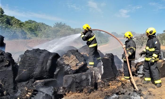 Combate ao fogo em carga de algodão durou horas e precisou de apoio de uma máquina retroescavadeira