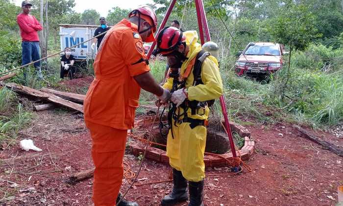 Bombeiros militares usam sistema de tripé para resgatar a vítima na cisterna