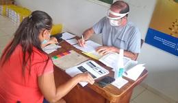 Equipe técnica de assistentes sociais e assessoria jurídica da Terratins realizam atendimento no Centro de Convenções Antônio Pereira Reis