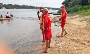 Mergulhadores observam rio antes da ação de buscas a vítima em rio no Estado do Tocantins