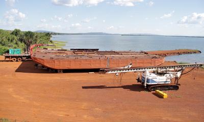 A balsa que será utilizada nas fundações também já está sendo montada