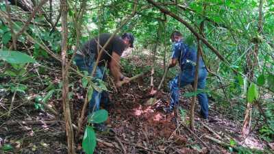 Policiais Civis escavam local onde corpo foi encontrado