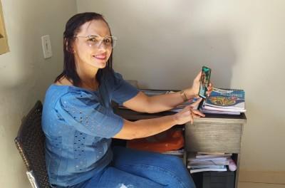 Professora Wersdenya transformou o seu celular na principal ferramenta de ensino