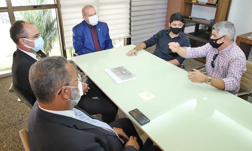 O governador Mauro Carlesse recebeu o prefeito Celso Moraes e discutiu as possíveis parcerias entre a prefeitura e o Estado
