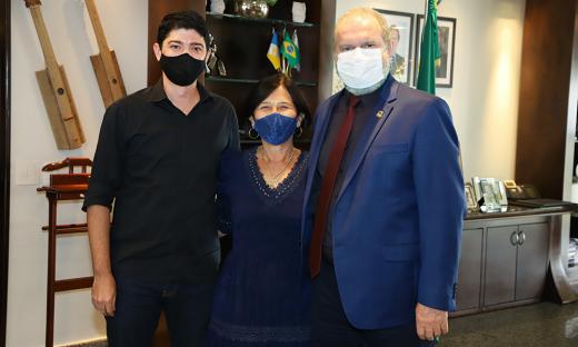 Mauro Carlesse recebeu o prefeito e a vice-prefeita de Paraíso do Tocantins, Celso Moraes e Raquel Ogawa