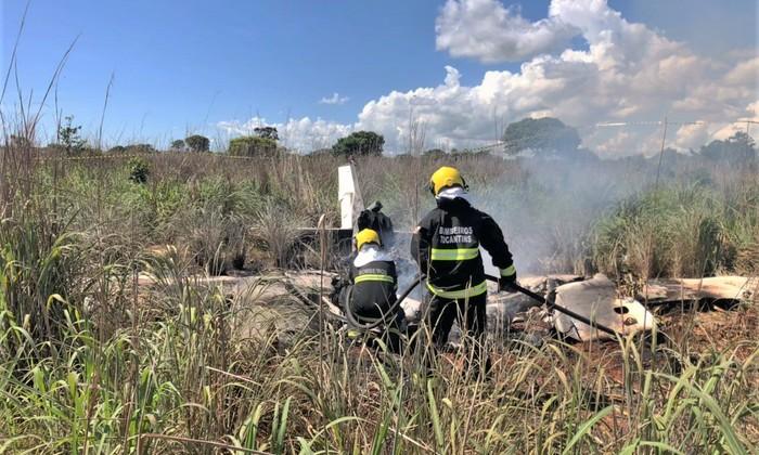 Bombeiros militares combate fogo na aeronave acidentada